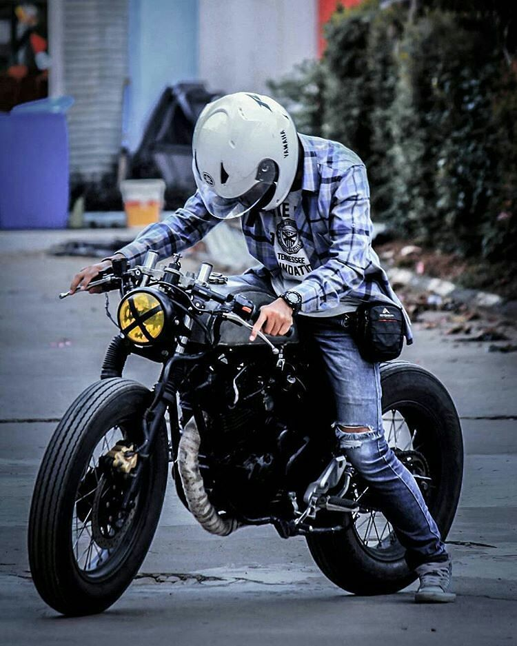 By @duabelas11 . #caferacer #caferacers #caferacerstyle #caferacersculture #caferacerbuilds #vintage #vintagestyle #vintagefashion #motocycle #moto #motos #motorcycles #oldstyle #oldschool #bratstyle #motorbike #motor #helmet