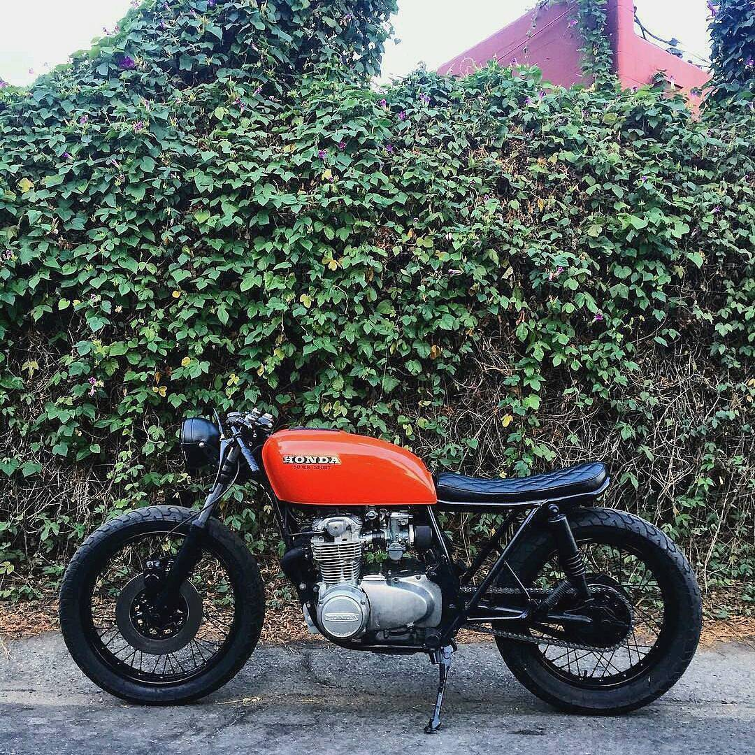 By @foxtrot_royal 👉 Orange Honda CB550 🏍 Bike by @riotcycles & @tykady