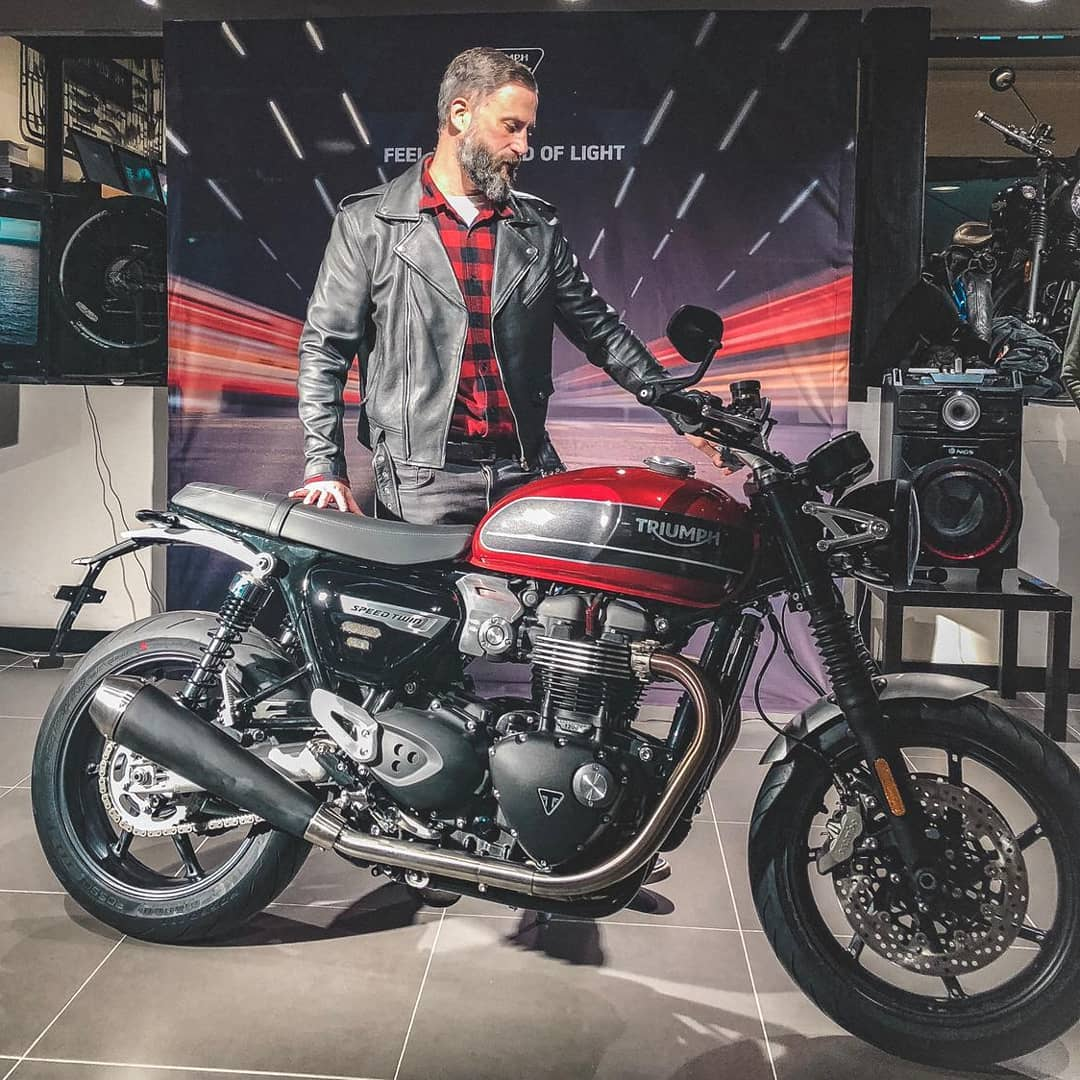 First contact with the new Triumph Speed Twin – Speed of Light Night . 📷 @dafnepatruno